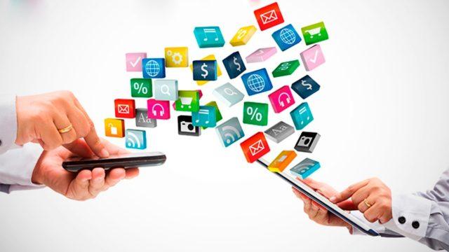 Смартфоны в руках и сервисы