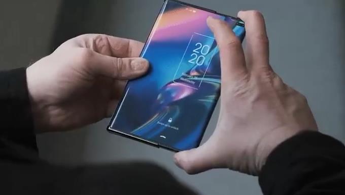 Смартфон с большим экраном в руках