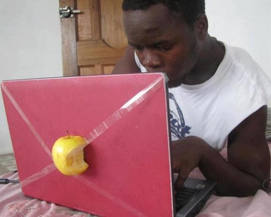 Надкусанное яблоко, примотанное скотчем к ноутбуку