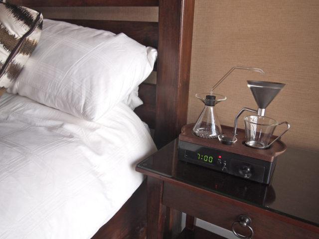 Будильник-кофеварка на прикроватной тумбочке