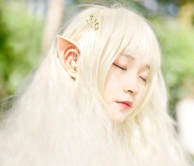 Девушка в эльфистских наушниках