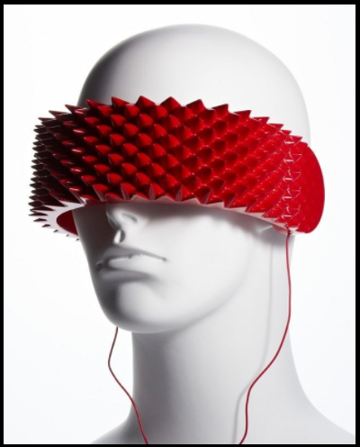 Красные наушники-ободок с шипами на манекене