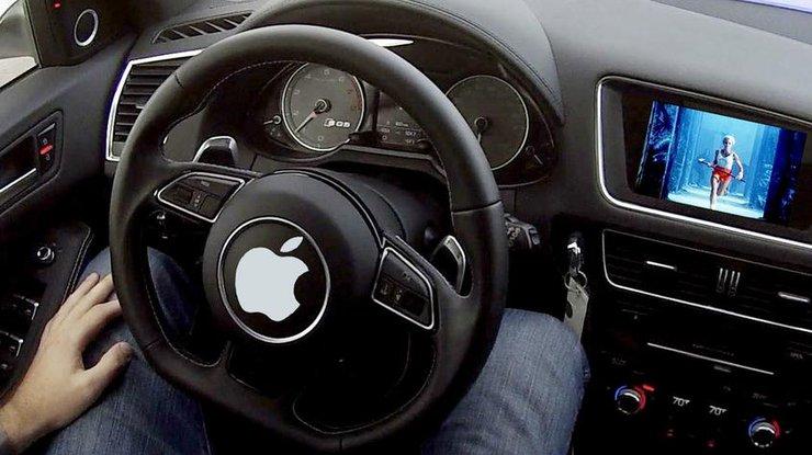 Логотип Apple на руле