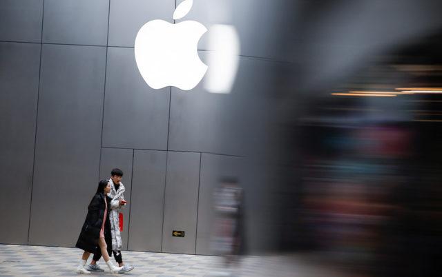 Логотип Apple на стене здания