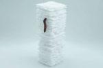 Червь ползет по пластиковой инсталляции