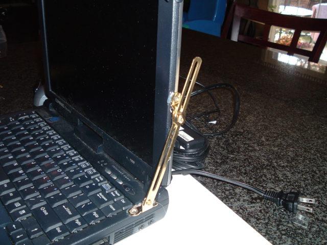 Ноутбук на мебельных петлях