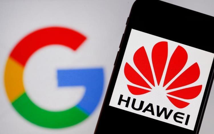 Смартфон Huawei на фоне логотипа Google