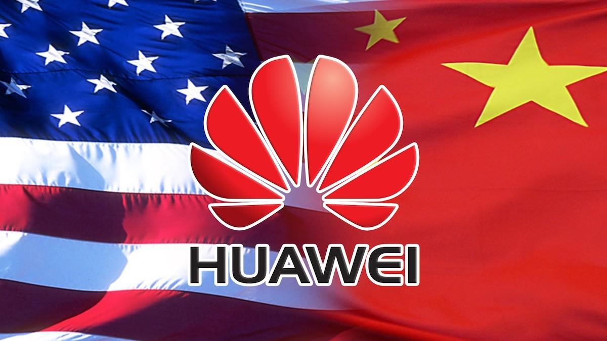 Американский и китайский флаг с логотипом Huawei на переднем плане
