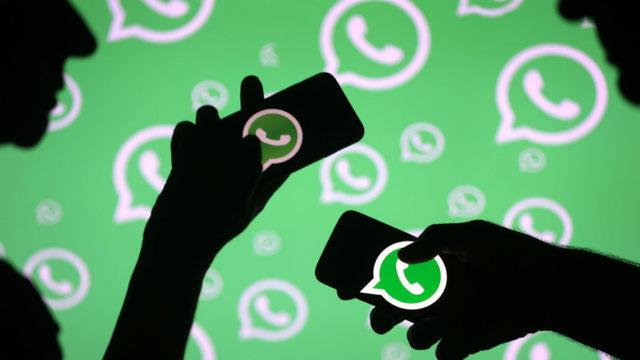 Смартфоны с логотипами WhatsApp на фоне такой же стены