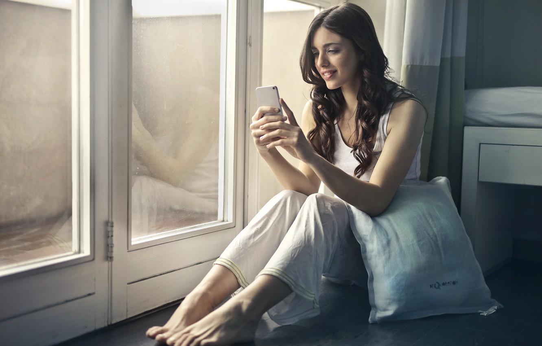 Девушка переписывается в телефоне