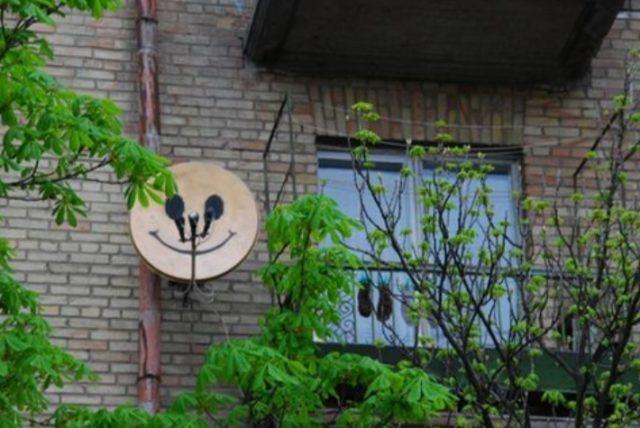 Спутниковая тарелка с нарисованным смайликом
