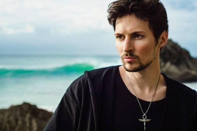 Павел Дуров на фоне моря и скал