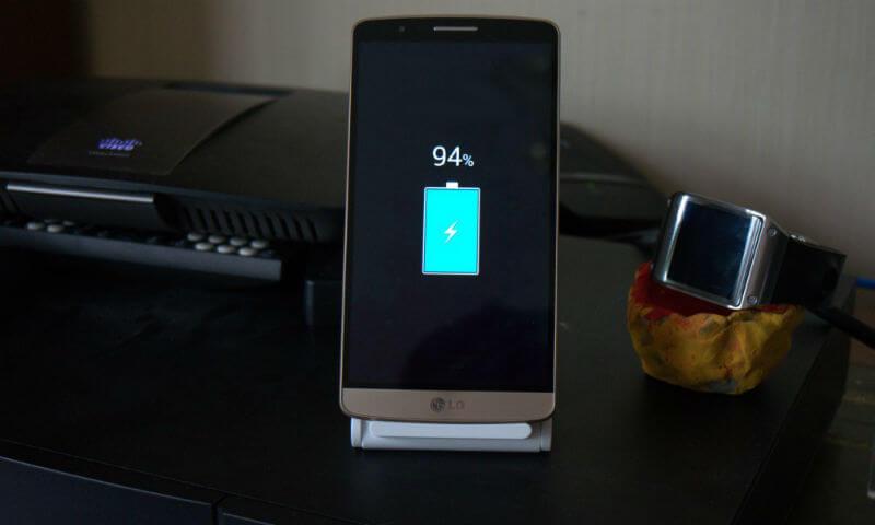 Смартфон на зарядке показывает заряд в 94%