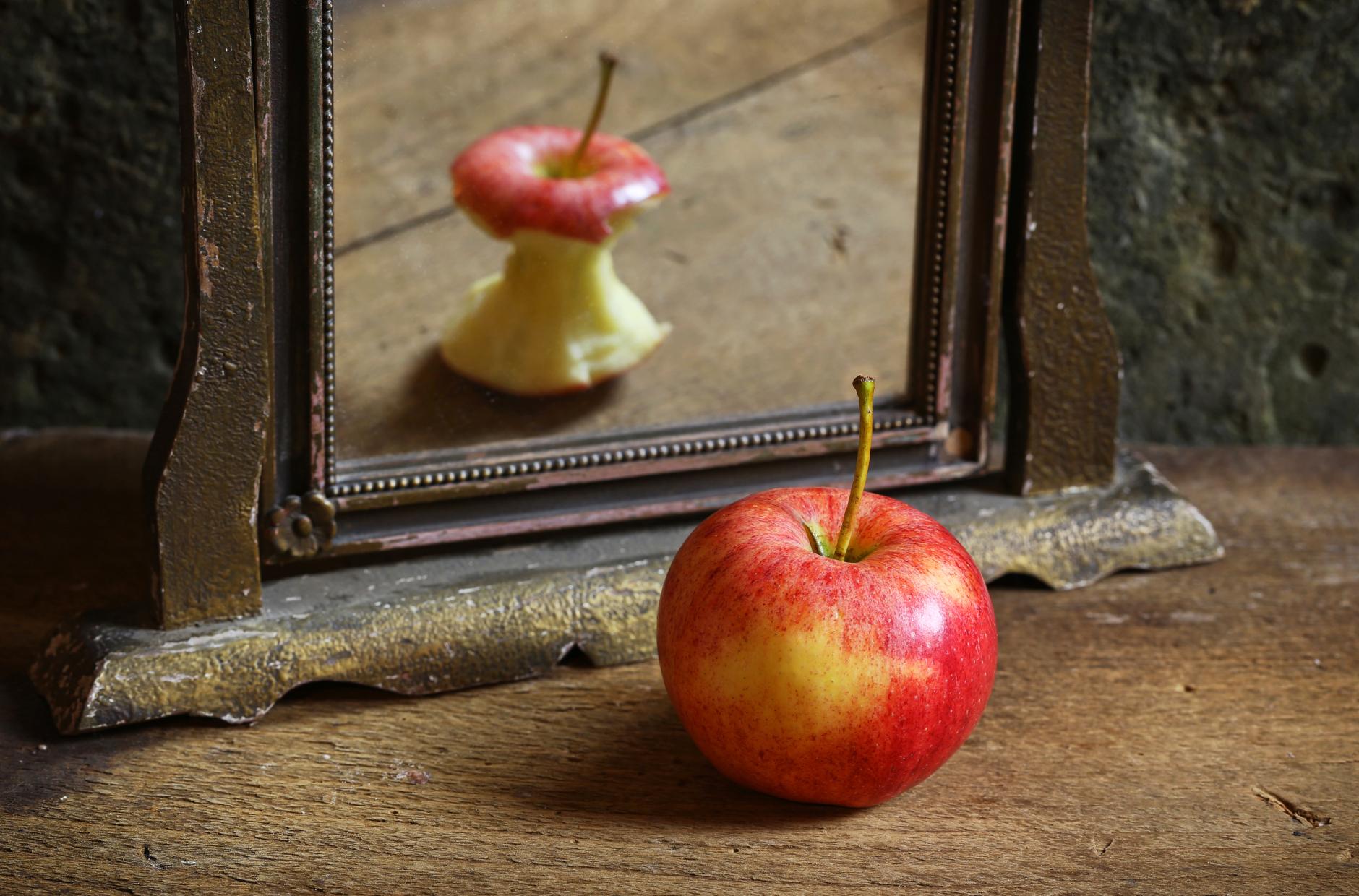яблоко с отражением огрызка