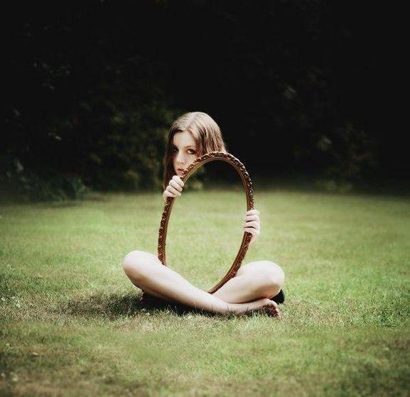 Девочка с зеркалом