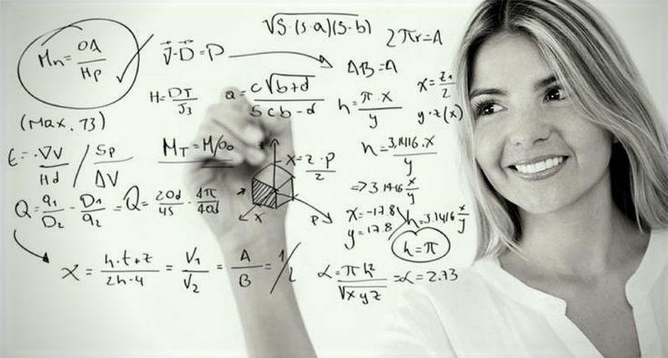 Женщина пишет формулы