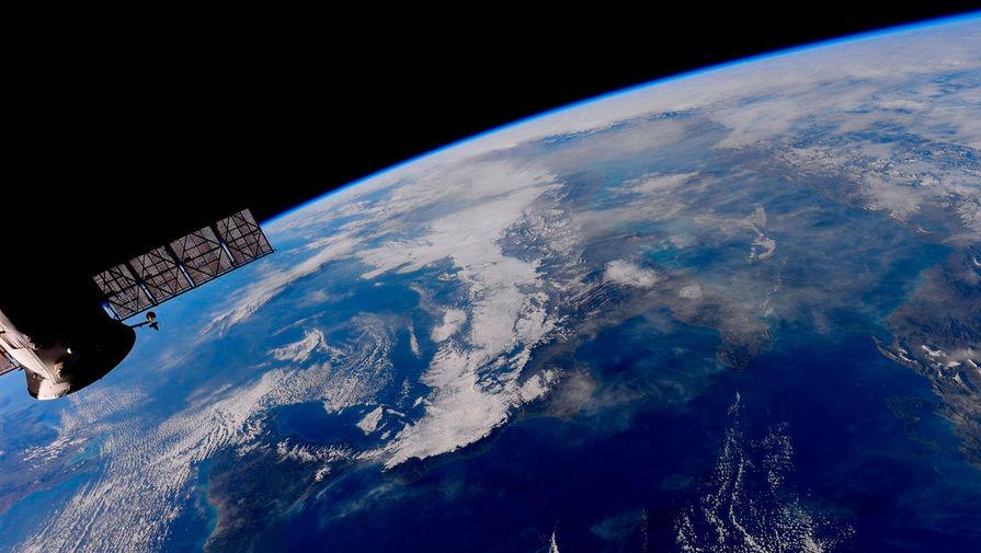Орбитальная станция на фоне Земли