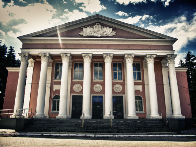Советский Дом Культуры с колоннами