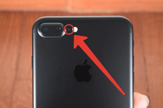 Отверстие между камерой и вспышкой айфона