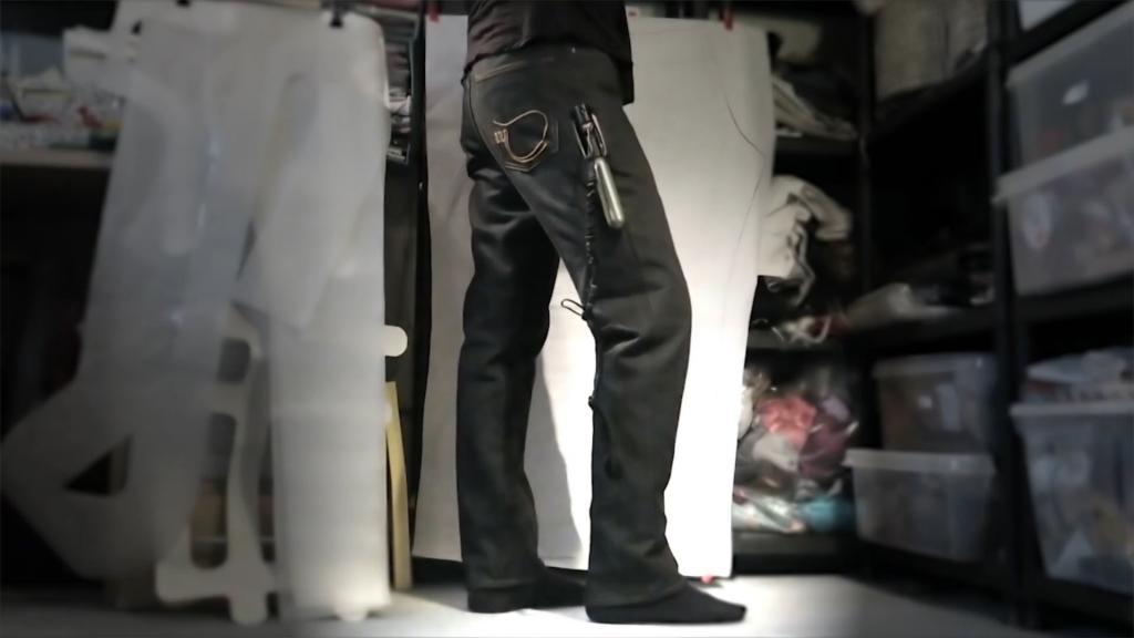 Человек в джинсах на складе