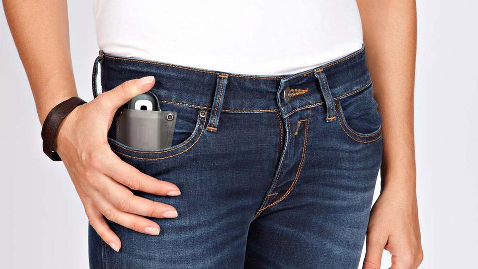 Джинсы со специальным устройством в кармане