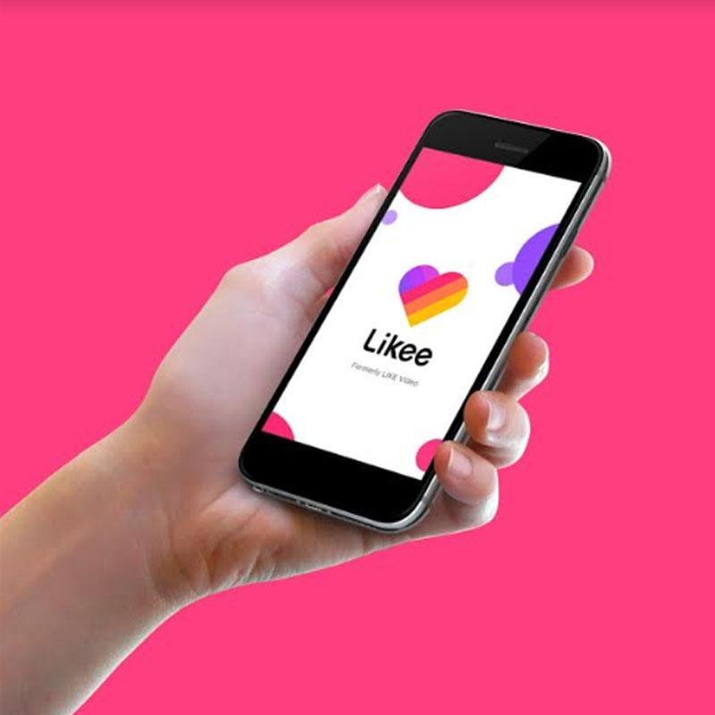 Смартфон с запущенным приложением Likee в руке