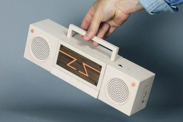 8-битная консоль Dendy в виде старого кассетника в мужской руке