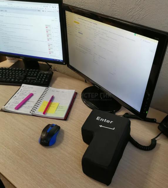 Гигантская клавиша Enter на рабочем столе возле мышки и монитора