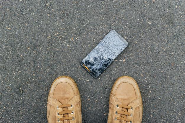 Разбитый телефон под ногами