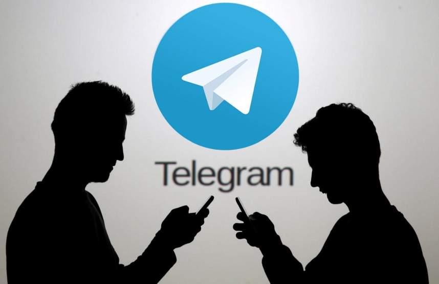 Люди на фоне логотипа Telegram