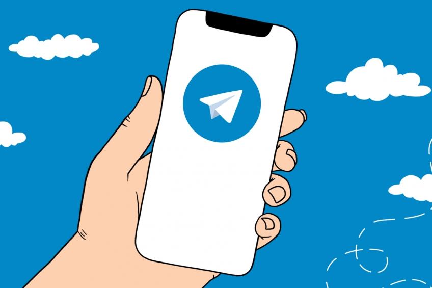 "Рисунок ""В руке смартфон с Telegram"""