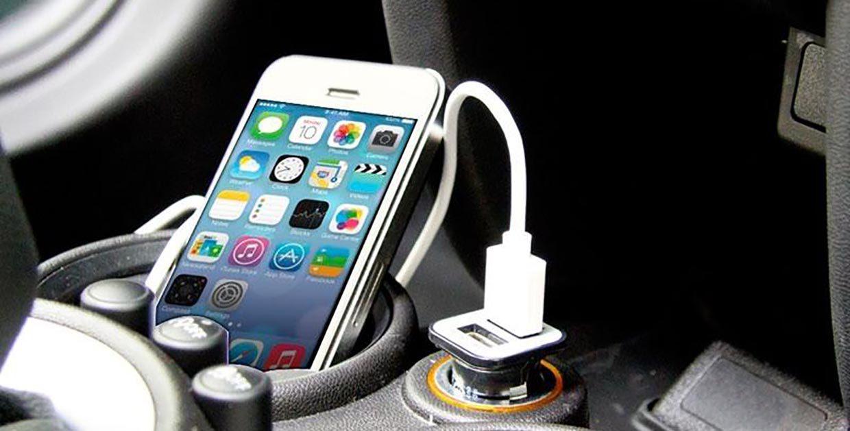 Айфон, подключенный к системе автомобиля через USB-кабель