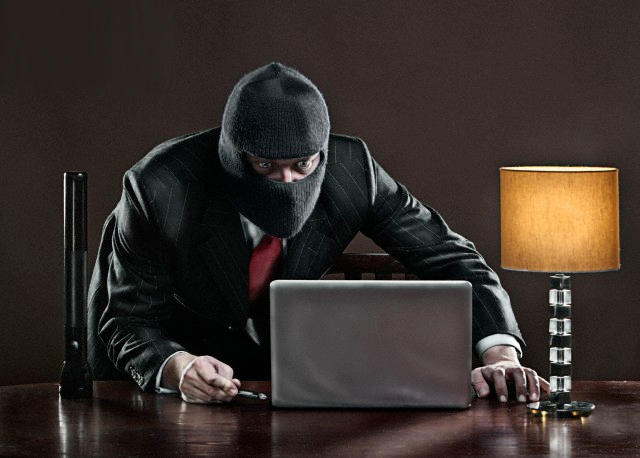 Хакер возле ноутбука