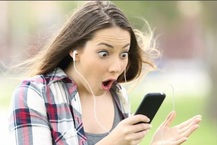 Девушка удивляется и смартфон