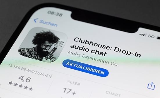 Новое приложение Clubhouse в смартфоне