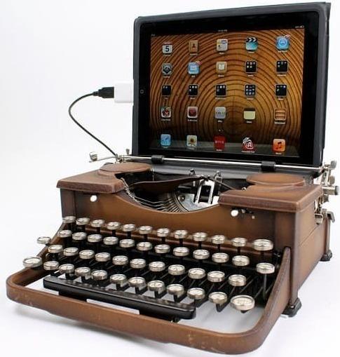 Печатная машинка ретро и современный монитор