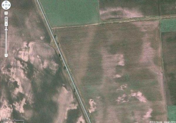 Снимок в Google Maps лик Иисуса на венгерском поле