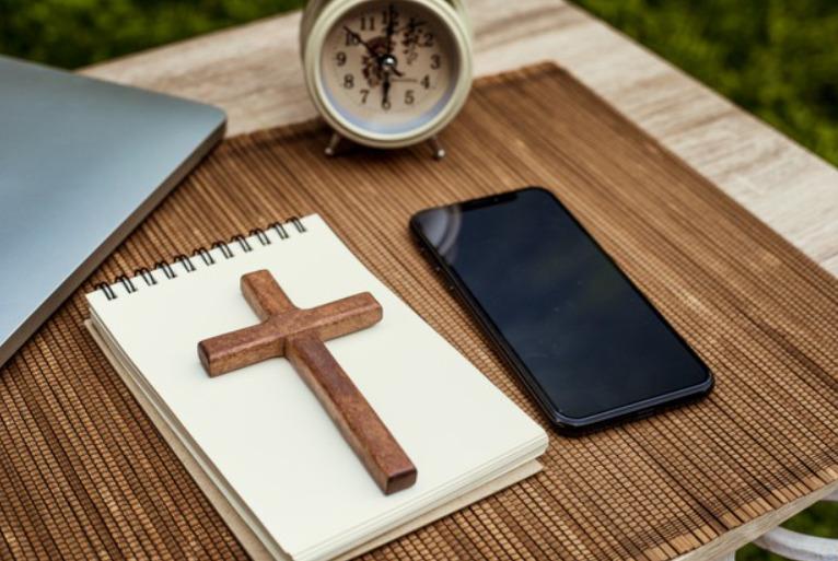 Распятие и смартфон