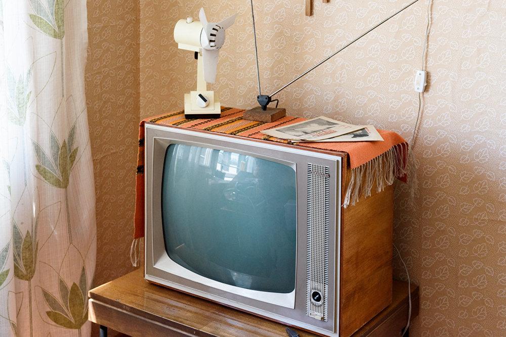 Советский телевизор с салфеткой