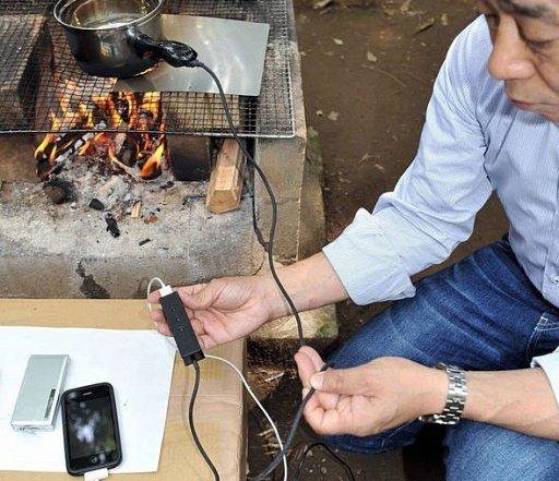 Мужчина и кастрюля с USB-портом на огне