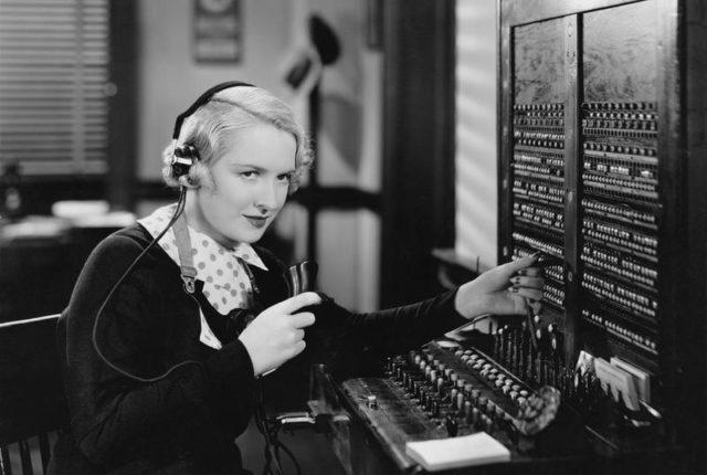 Телефонистка на своем рабочем месте