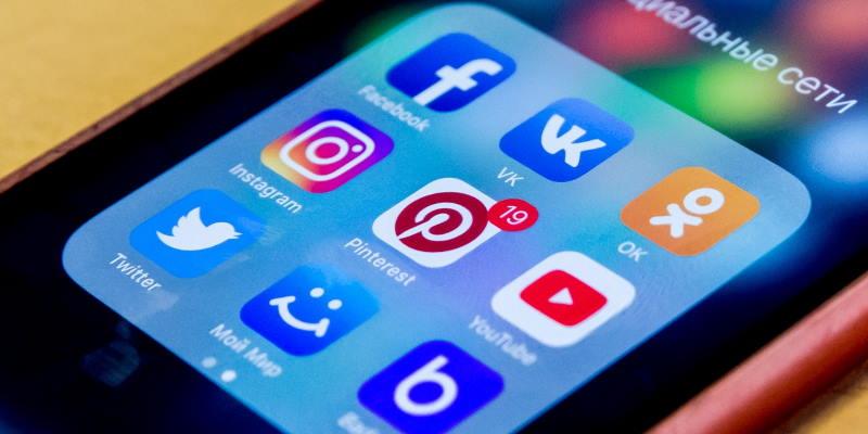 Социальные сети на рабочем столе смартфона