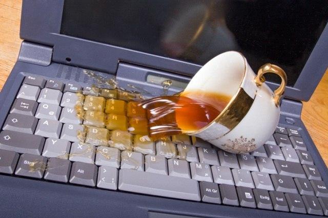 Перелитый на клавиатуру ПК чай