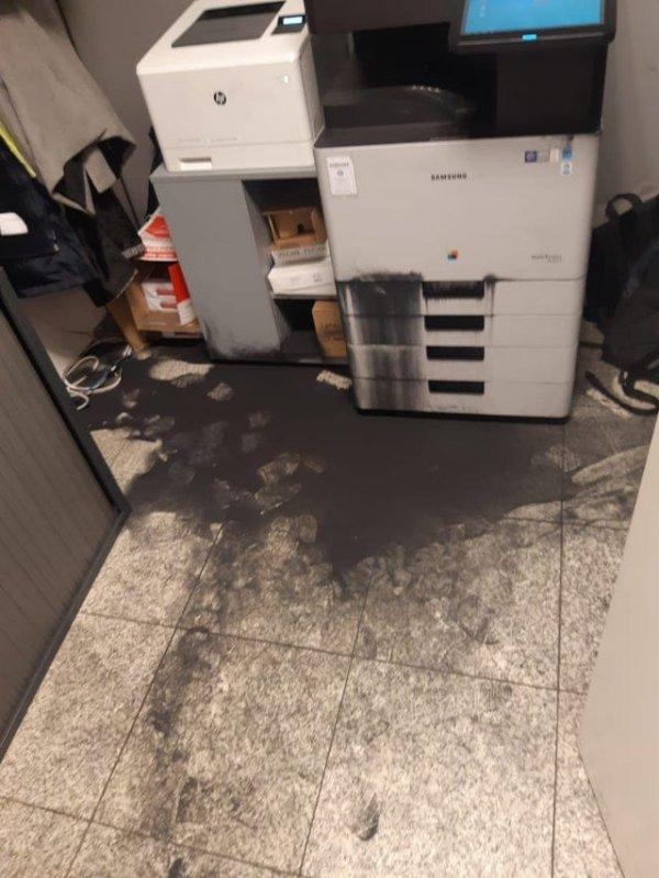 Посыпавшийся тонер принтера и запачканный черной сажей пол