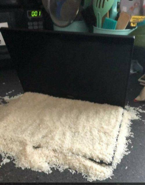 Ноутбук засыпанный рисом