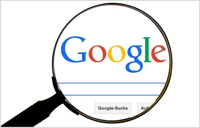 Поисковик Google через увеличительное стекло