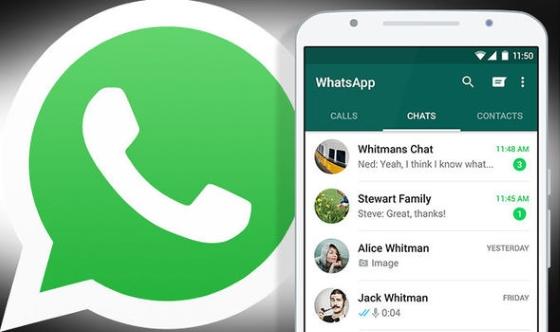 Значок WhatsApp и открытые чаты мессенджера в смартфоне