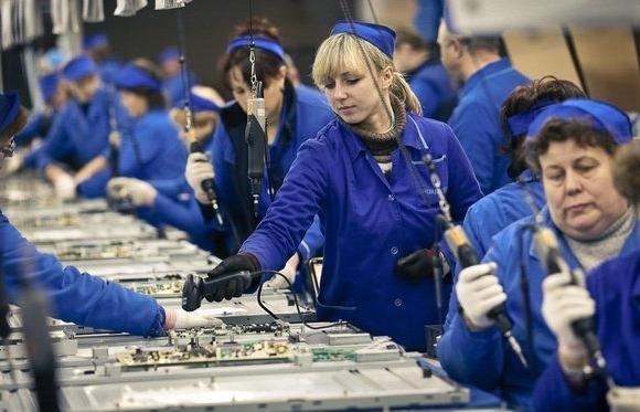 Работницы завода за пайкой плат для телевизоров