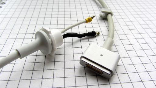Торчащие провода из кабеля