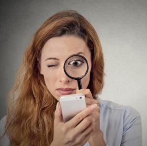 Женщина, лупа и смартфон